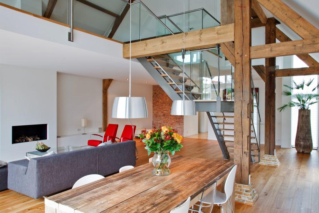 Interieur met stalen trap
