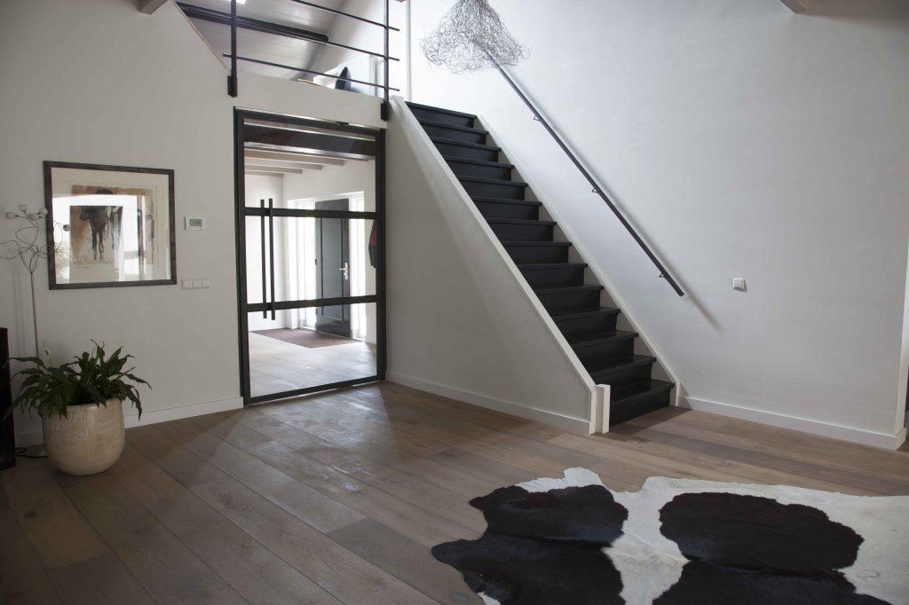 Taatsdeur met staalbeklede trap